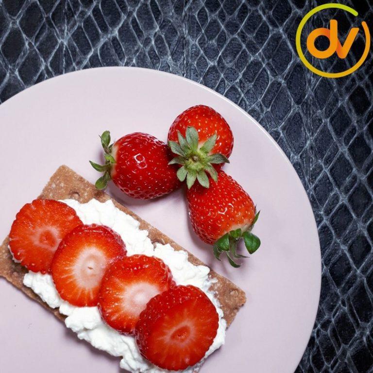 Volkoren cracker met aardbeien - DitsVit